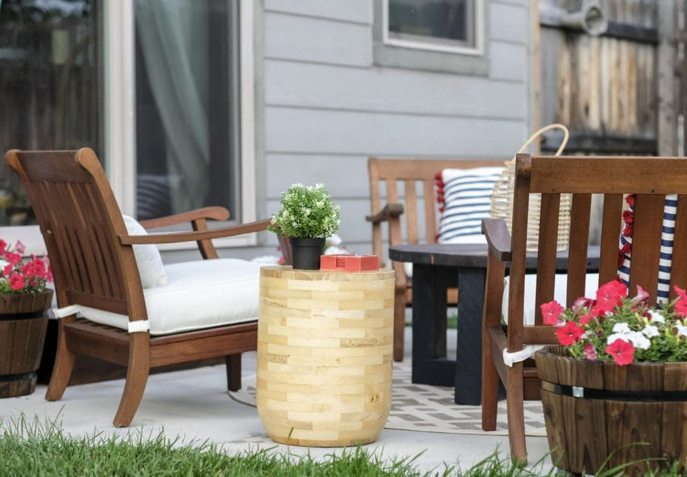 outdoor patio makeover using stools as end tables
