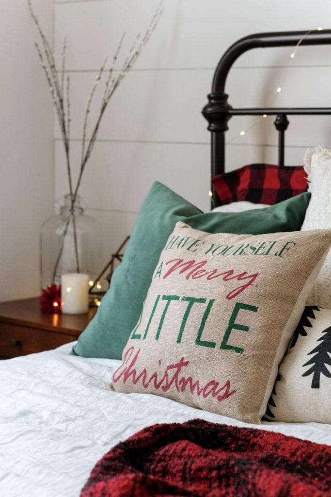 christmas bedroom decor ideas using throw pillows