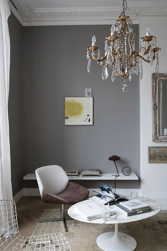 Wosted gray paint color in a sitting room